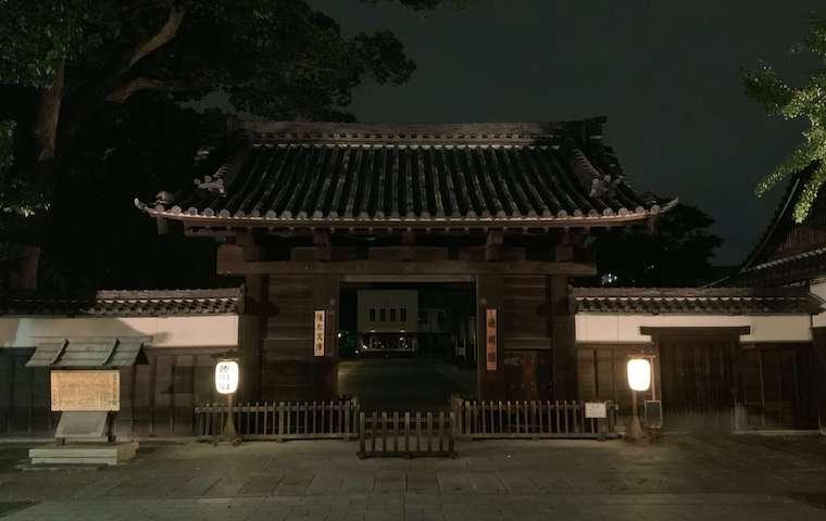夜の徳川園(黒門)